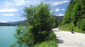 Walchensee, Motorradfahren auf der Traumstraße am Ufer entlang