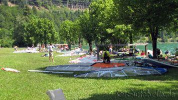 Walchensee, Wochenende und Thermik: Viel Betrieb am Windsurfspot Wiese