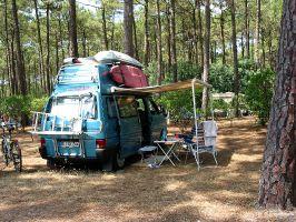 Camping unter Kiefern in Lacanau