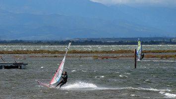 Ile des Pêcheurs, Windsurfen bei Tramontane in Leucate