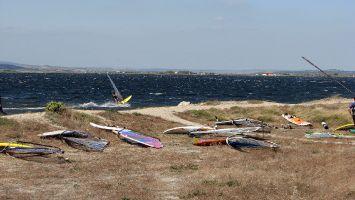 Ile des Pêcheurs. Der Wind ist endlich da, das große Material liegt am Strand.