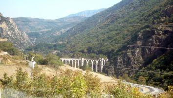 Le petit traine jaune, zahlreiche Brücken und Tunnel