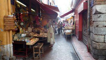 Perpignan, schmnale Gassen mit Händlern und Geschäften