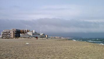 Strand in Barcarès, Leucate.  Das Schiff Lydia ist ein Spielcasino.