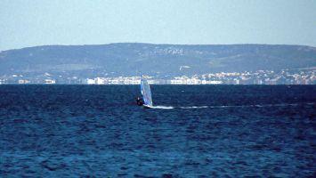 Windsurfen auf dem Bassin de Thau bei Marseillan. Im Hintergrund ist Méze