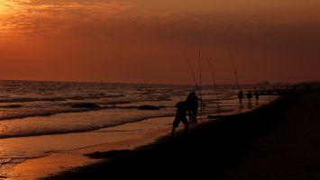 Angler am Abend am Atlantik nahe Quiberon