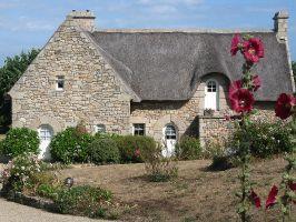 Bretonische Haus mit Stockrose nahe Quiberon, Morbihan, Bretagne, Frankreich