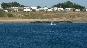 Flussmündung d Etel, Windsurfer und Campingplatz, Quiberon, Morbihan, Bretagne, Frankreich