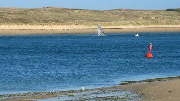 Flussmündung d Etel, Windsurfer und Schlaucboot, Quiberon, Morbihan, Bretagne, Frankreich