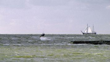 Hindeloopen -Kiter und Segler auf dem Ijsselmeer
