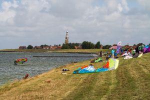 Hindeloopen, Kitesurfen am Westerdijk mit Blick auf den schiefen Kirchturm