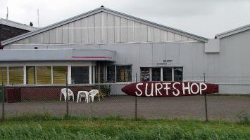 Workum, Surfshop auf dem Weg zu Campinplatz It Soal