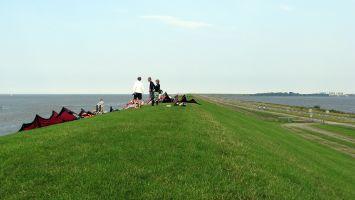Deich zwischen Nordsee und Lauwersmeer.