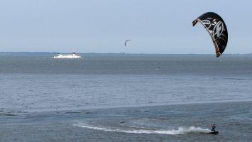 Kitesurfen auf der Nordsee bei Lauwersoog. Fähre Ameland-Schiermonnikoog-Lauwersoog