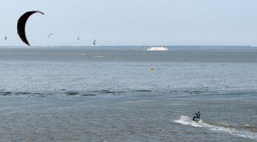 Kitesurfer im Wattenmeer zwischen Lauwersmeer und Ameland / Schiermonnikoog