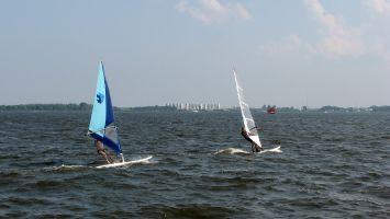 Lauwersmeer. Der Wind setzt gerade erst ein. Die Youngtimer sind noch schneller... :-)