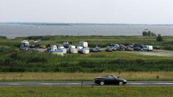 Parkplatz am Lauwersmeer. Segeln und Windsurfen.