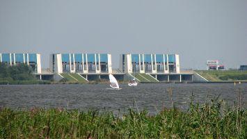 Windsurfer vor den Schleusen vom Lauwersmeer zur Nordsee.