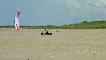 Renesse, Kitebuggy, der Strand von Ouddorp wurde aufgeschüttet und ist ideal für Strandsurfen & Co.