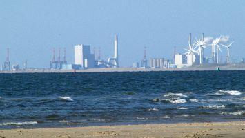 Strand bei Ouddorp, Blick auf die Industrieanlagen bei Rotterdam