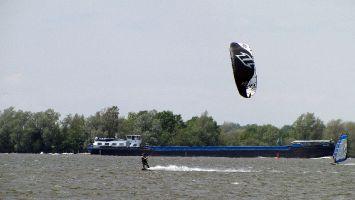 Harderwijk Windsurfen Kitesurfen, Schiffe die mit dem Wind kommen sind ziemlich schnell....