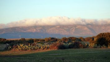 Dämmerung und Wolken über den Bergen an der N340 bei Tarifa, Spanien