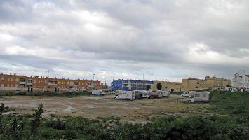 Öffentlicher Parkplatz in Tarifa. Gratis auch für Womos