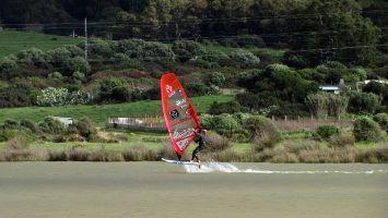 Tarifa, Windsurfen, freestylen auf dem Priel an der Düne
