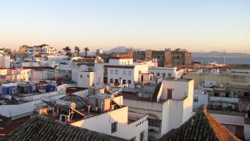 Sonnenuntergang in Tarifa. Gute Sicht nach Afrika