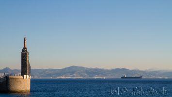 Tarifa, Blick vom Hafen auf die Straße von Gibraltar und Marokko