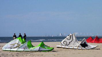 Renesse, Kitesurfen am Strand von Ouddorp